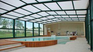 Pourquoi choisir un abri de piscine en verre?