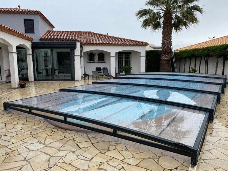 abri bas cintré en verre de Design Concept LS dans la cour d'une magnifique villa