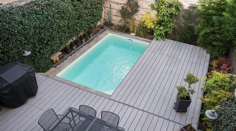 terrasse mobile fermée sur piscine dans un petit jardin