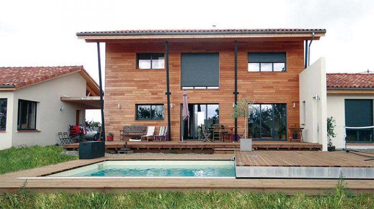 terrasses mobiles pour piscines avec coulissant longitudinal devant une maison façade bois