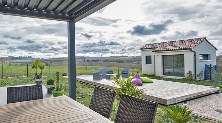terrasse coulissante aménagée pour piscine en position couverte