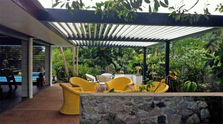 terrasse-couverte-lames-rientables-hotel