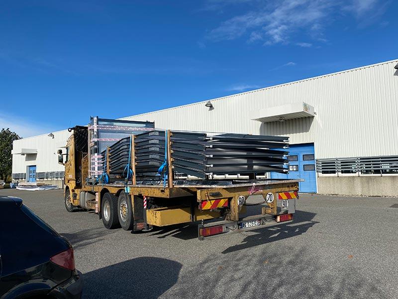transport par camion grue des panneaux de verre et alu pour un abri de piscine haut