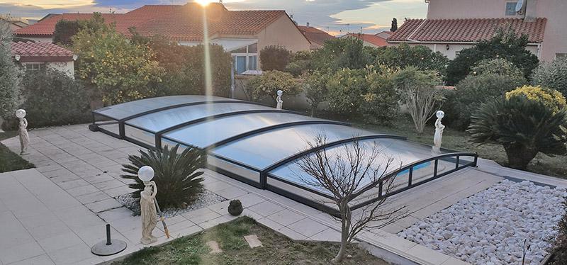 abri bas en verre télescopique par Design Concept LS, créé à Toulouse, installé dans les Pyrénées Orientales