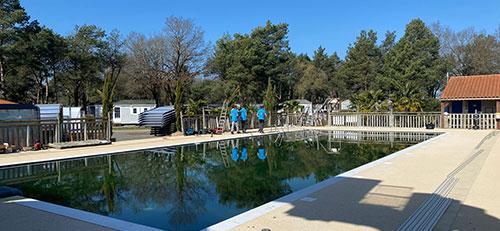 abri en verre pour la piscine xxl d'un camping situé en Vendée