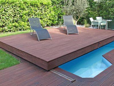 terrasse mobile couvrant a moitie un bassin dans un petit jardin
